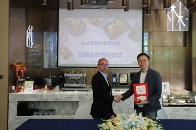 Jun Xue, Sales General Manager of Tyson China, and Wenqi Yang, Head of Brand Business at JDDJ, signed a strategic cooperation agreement in Shanghai.